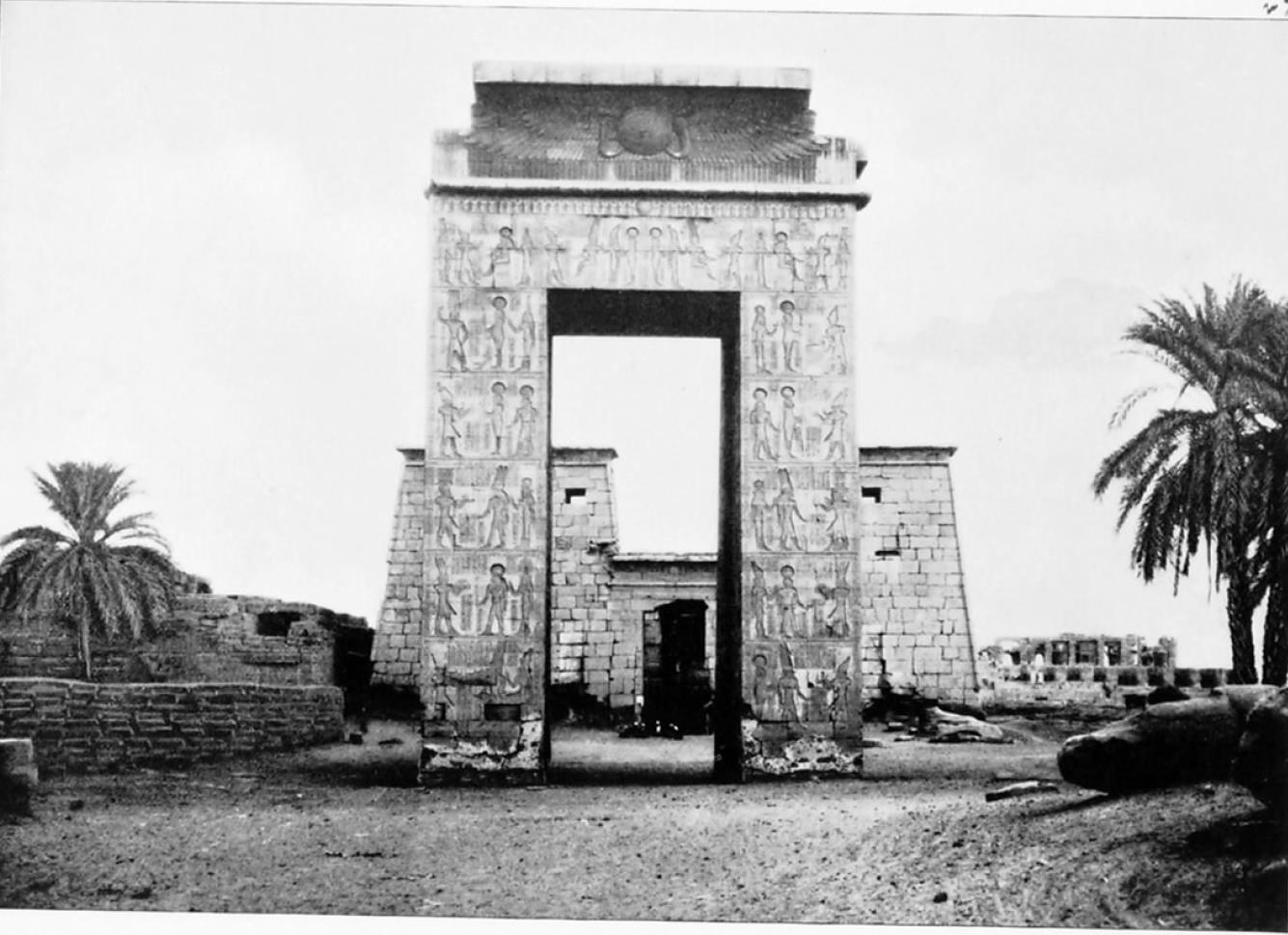 Карнак. Вход и первый пилон храма Хонсу