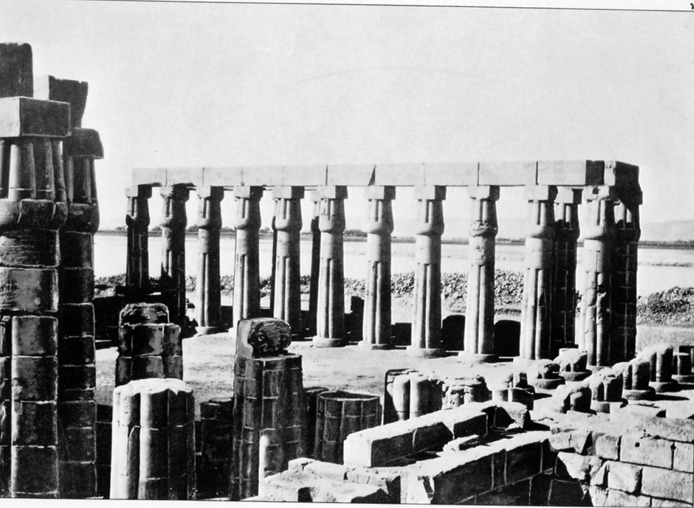 Луксор. Вид Нила через руины храма