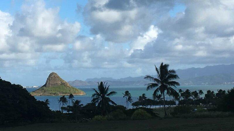 Островок Китайская Шляпа у пляжа Куалоа на Оаху.