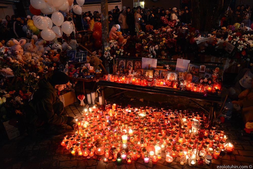 Десятки тысяч кемеровчан несут цветы и мягкие игрушки к месту трагедии. Пост обновляется