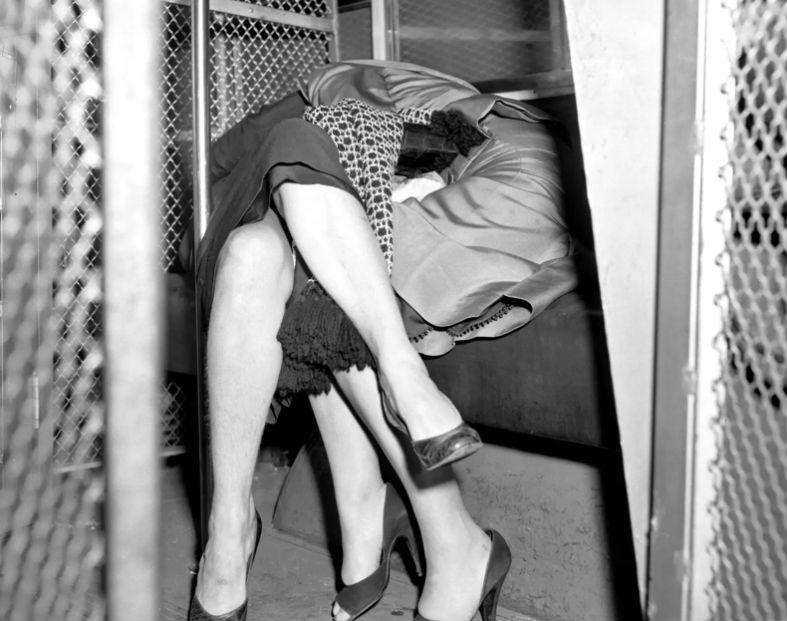 Нела Богаки, главарь общества девушек по вызову, прикована наручниками к своей подельнице. Обе арест