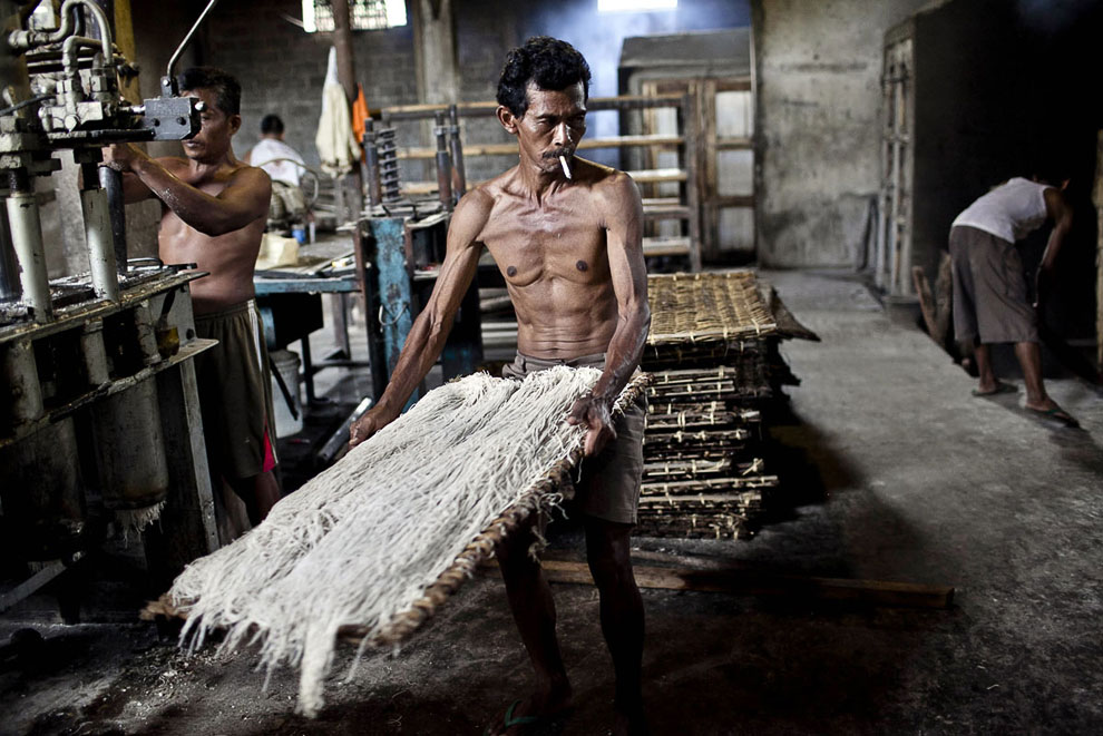 А вот и дровяная печь. Что не говори, а продукция выходит экологически чистая. (Фото Ulet Ifans