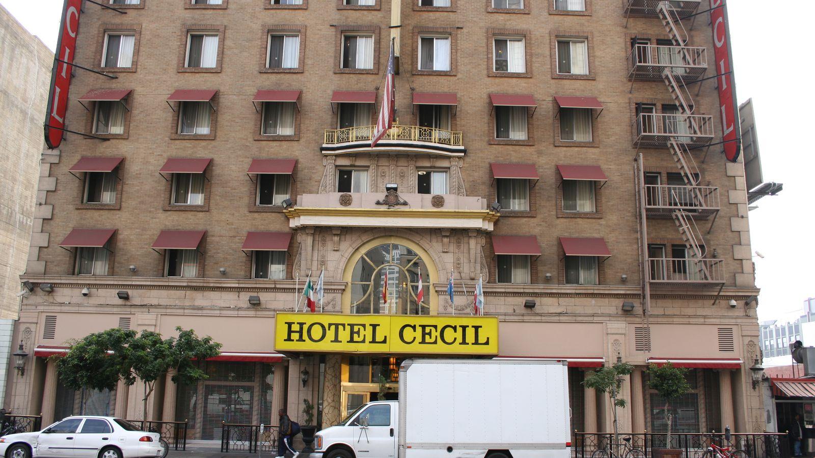 Отель Cecil на 600 номеров, после ребрендинга переименованный в Stay on Main Hotel, славится тем, чт
