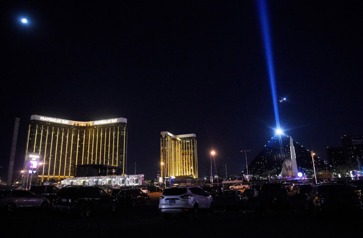 2. В тот момент на концерте, который проводился на открытом воздухе, присутствовали десятки тысяч че