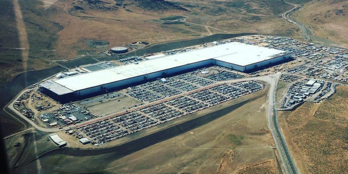 Tesla строит в пустыне огромный завод по производству литий-ионных аккумуляторов, который без лишней
