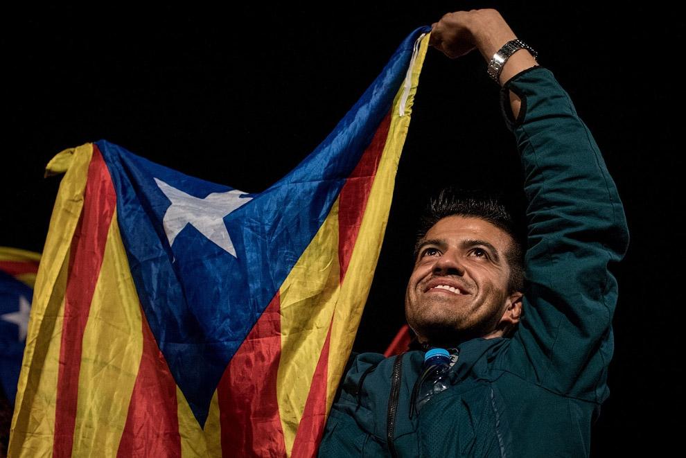21. Девчонки с флагами каталонских земель. (Фото Francisco Seco):