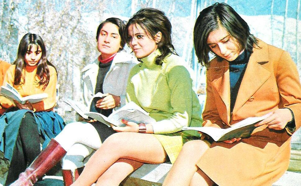 2. Студентки в парке Тегеранского университета в 1971 году. Женщин начали допускать к обучению в уни
