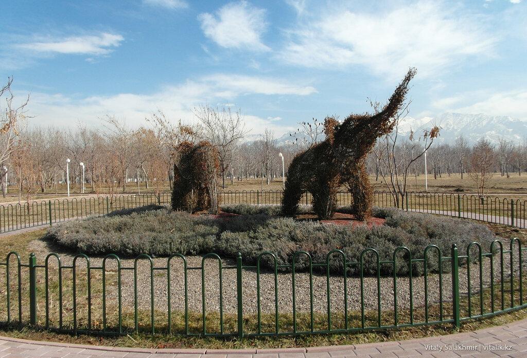 Живые скульптуры в Парке Первого Президента.