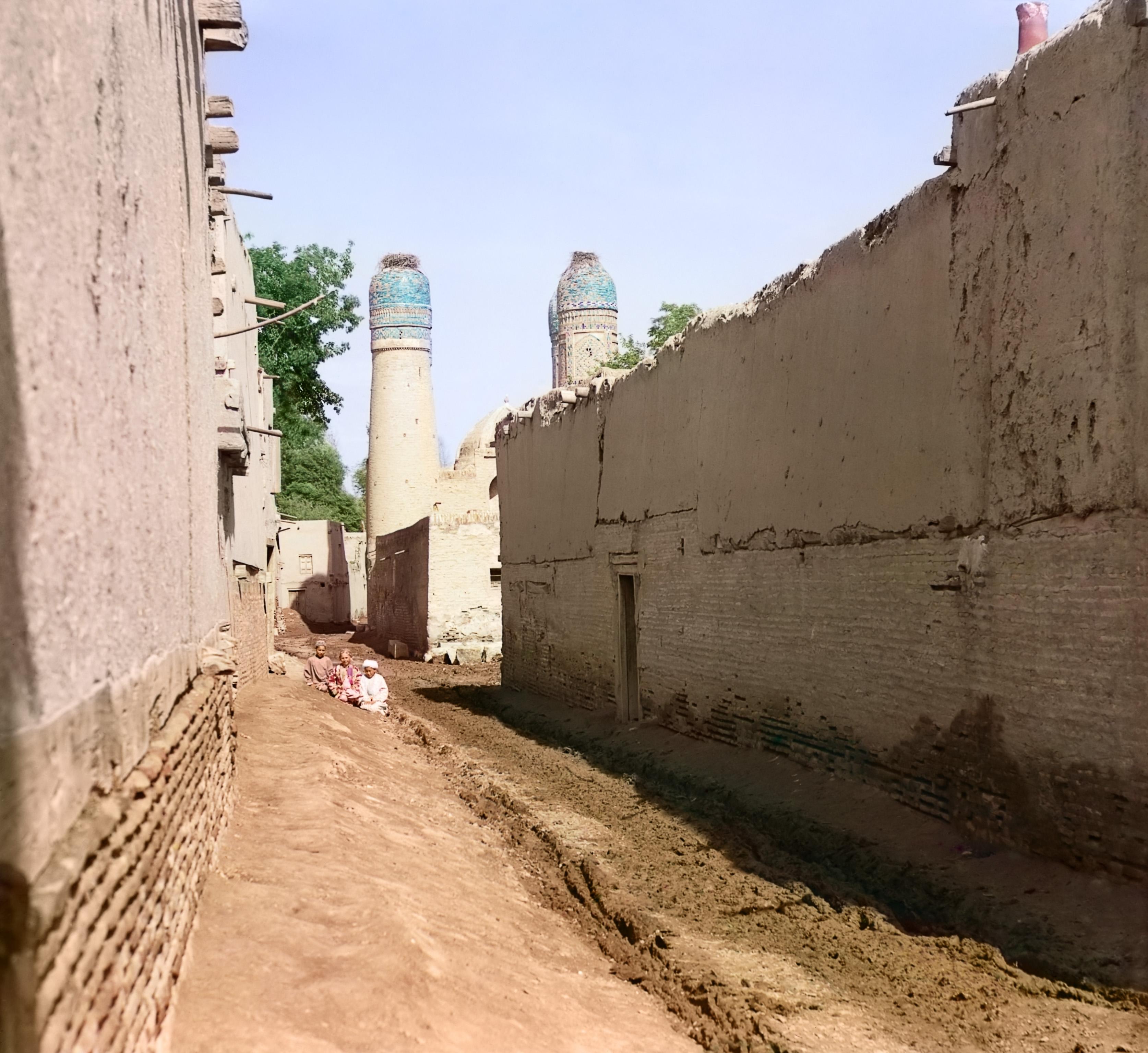 Улица в Бухаре с мечетью Чар-Минар