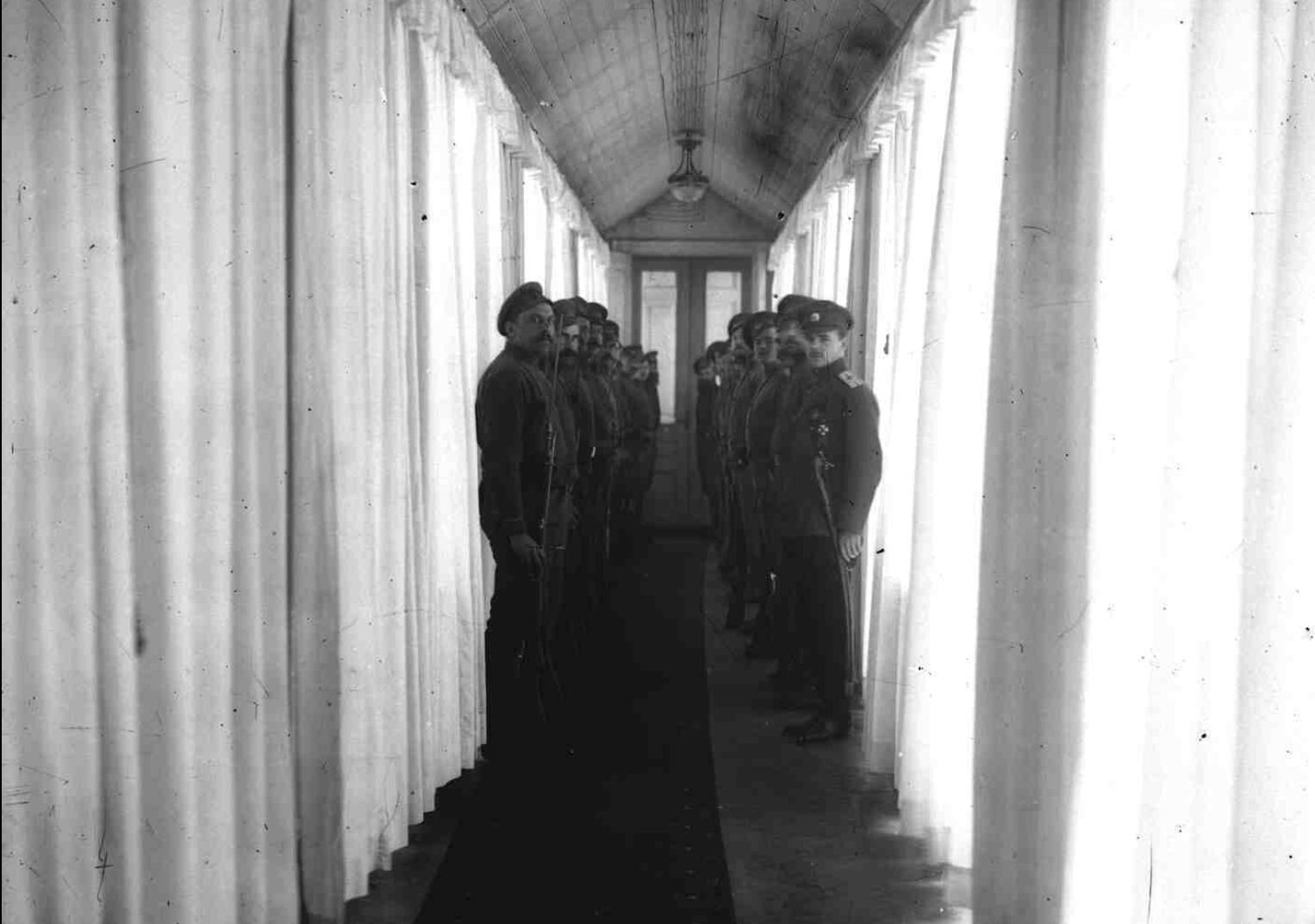 Караул в Таврическом дворце, охраняющий арестованных министров Временного правительства  Петроград,26 октября 1917