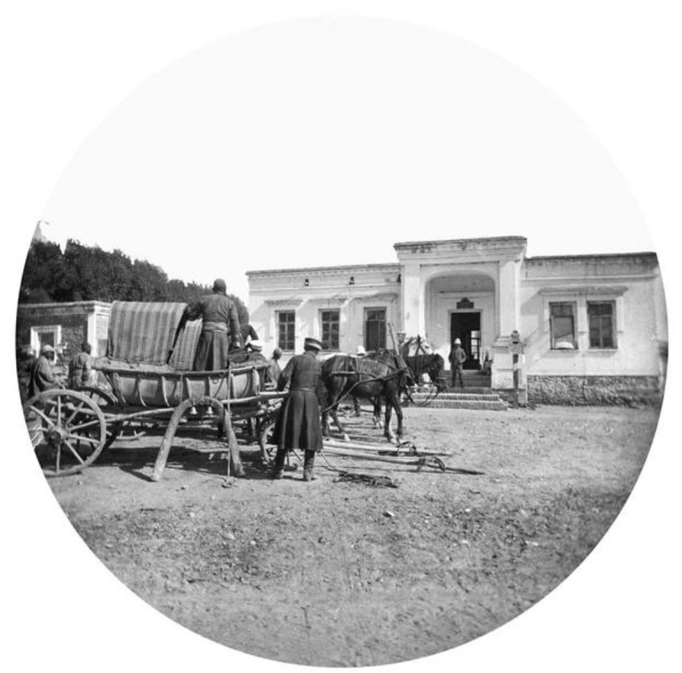Тарантас перед домом в русской части города