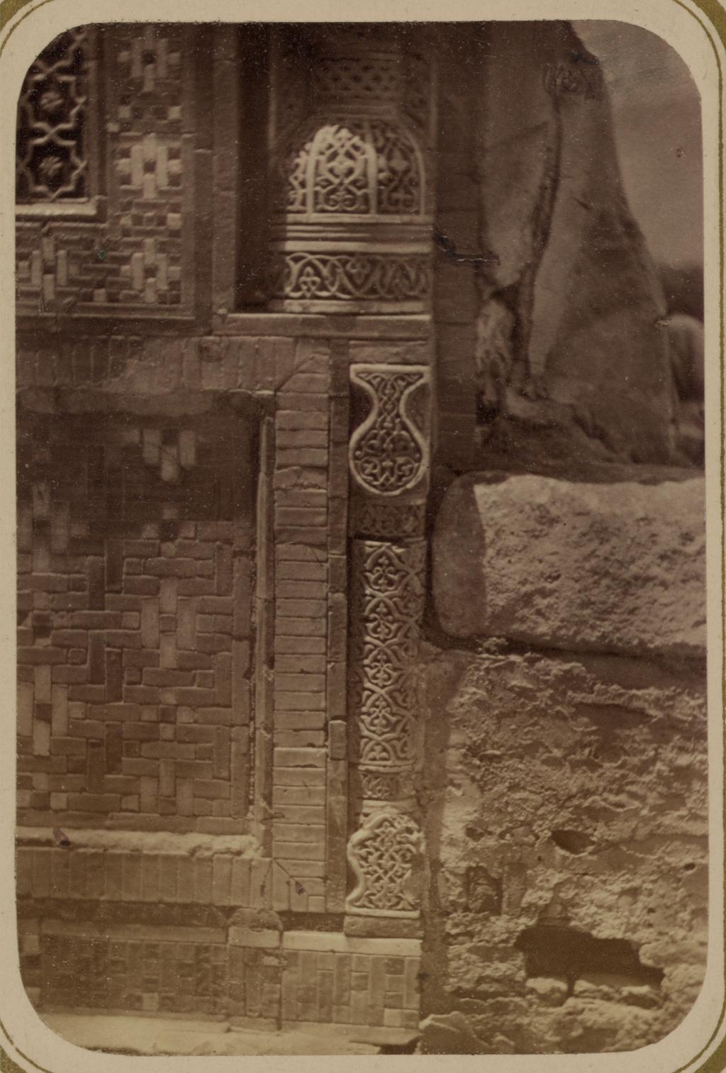 Мавзолей эмира Кутулука Турди Бека Ака. Угловая колонна на основании