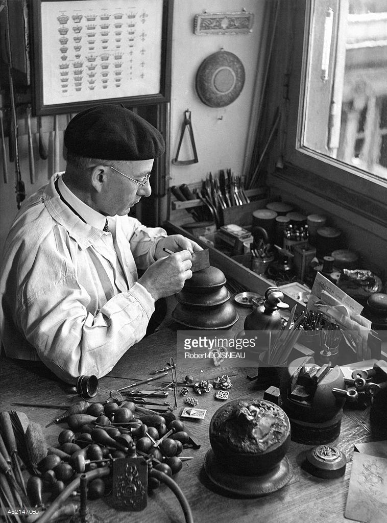 1942. Серебряных дел мастер за работой. Париж