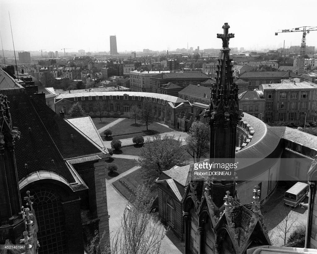 1986. Вид из базилики на школу «La Legion d'honneur», созданную Наполеоном и первоначально предназначенную для обучения девочек, чей отец, дед или прадед был награжден орденом Легиона. Сен-Дени