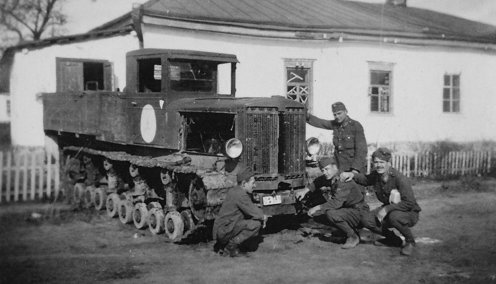 Захваченный средний артиллерийский тягач «Коминтерн». Новоархангельск, Кировоградская обл. Украина, 1941 год.