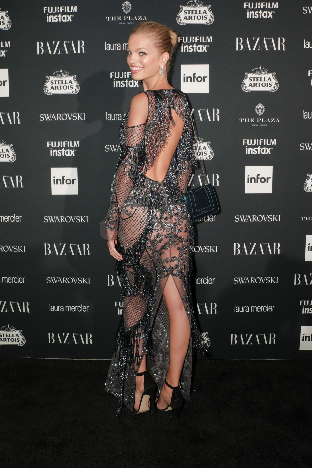 Дафна Гроенвельд в просвечивающем платье
