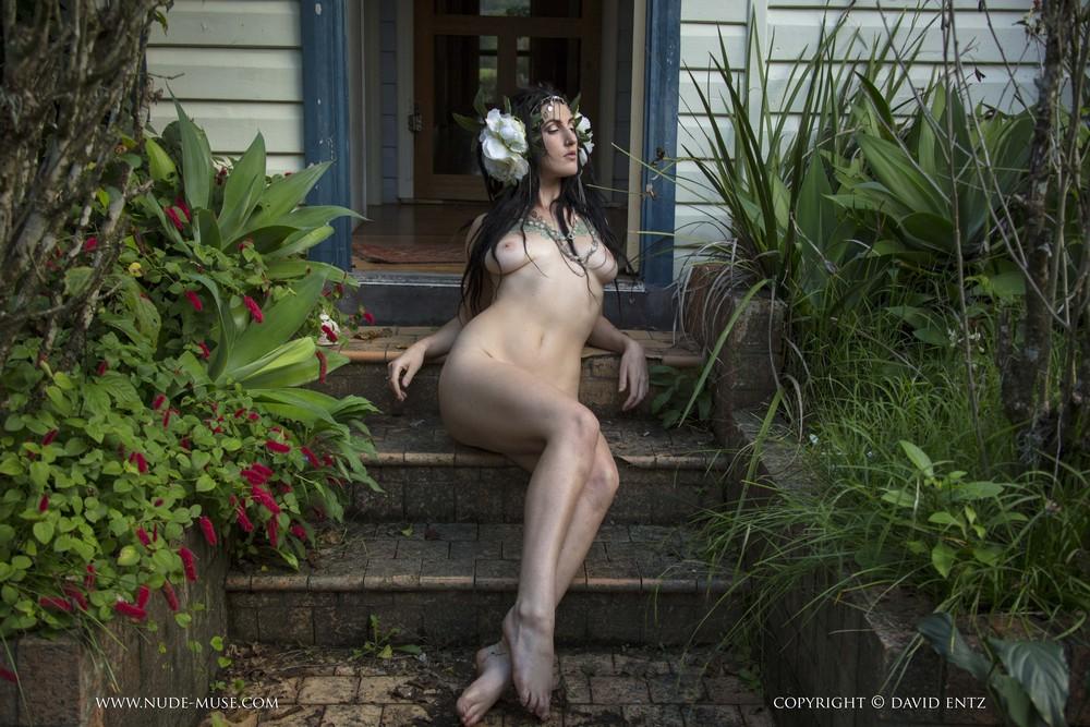 Голая Leeora на крыльце