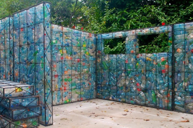 Робер взглянул на утилизацию отходов под другим углом. Он использует тару для строительства деревни.