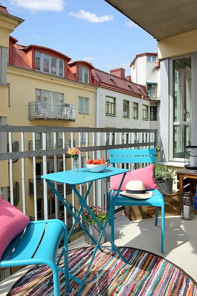13. Металлическая мебель на балконе