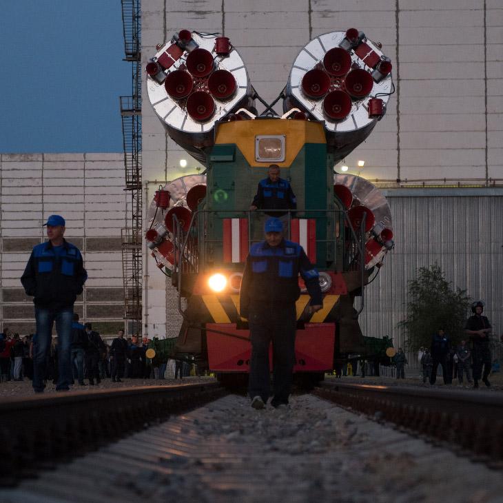 Транспортировка ракеты до места запуска обычно занимает около полутора часов. Скорость движения на п