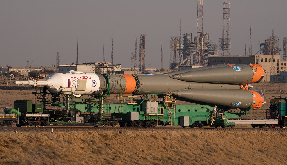 Следующий этап — подъем ракеты в вертикальное положение на стартовой площадке Байконура, 10 с