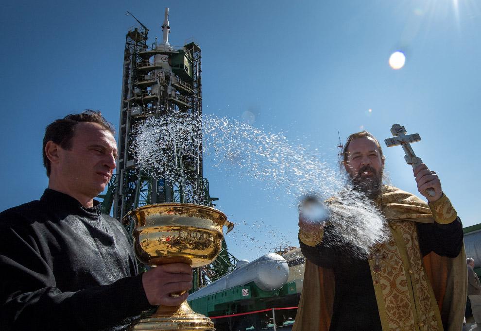 На борт космического корабля «Союз» поднимаются российский космонавт Александр Мисуркин и аме