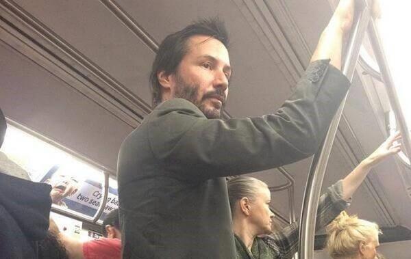 18 знаменитостей, которые ездят на метро (19 фото)