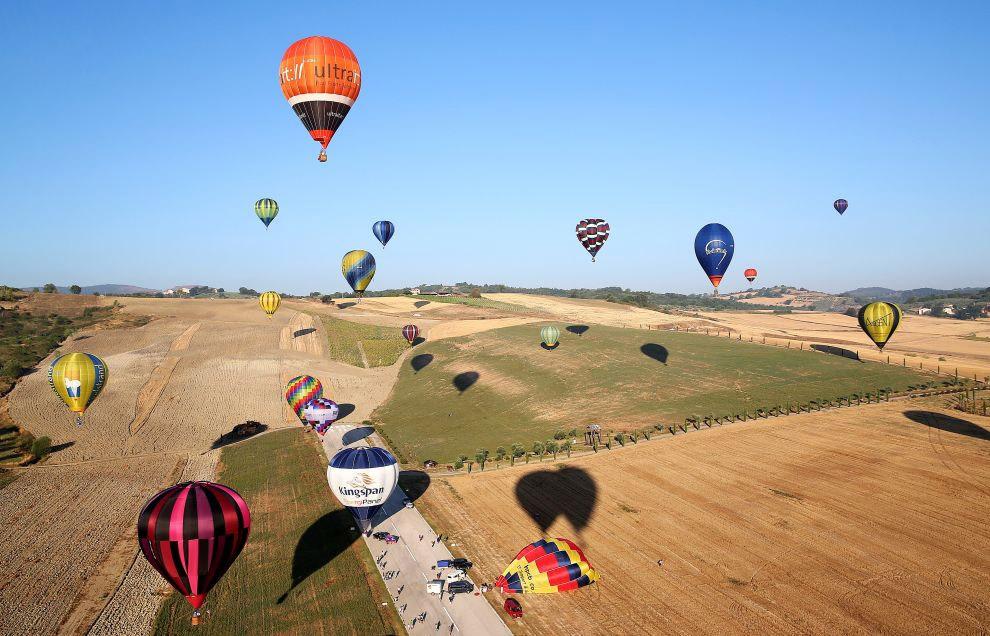 12. Ну а мы находимся на фестивале воздушных шаров в Италии.