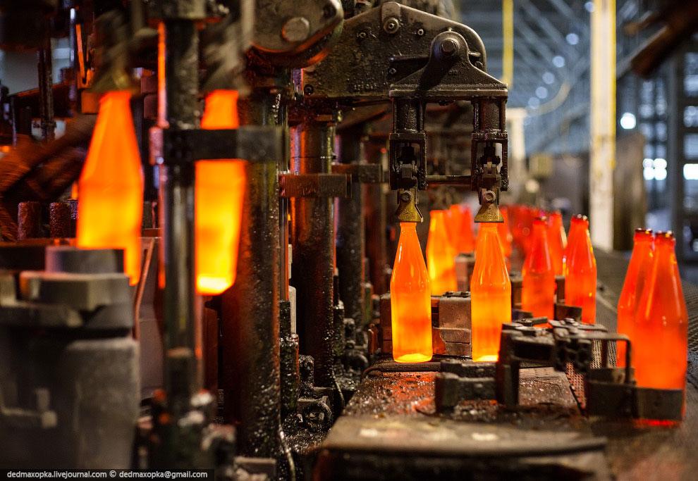 Десятисекционная линия, производящая бутылки из коричневого стекла: