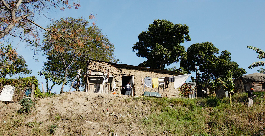 Этот район отстроили для латиноамериканцев, но пришли черные и заселились. Их до сих пор так