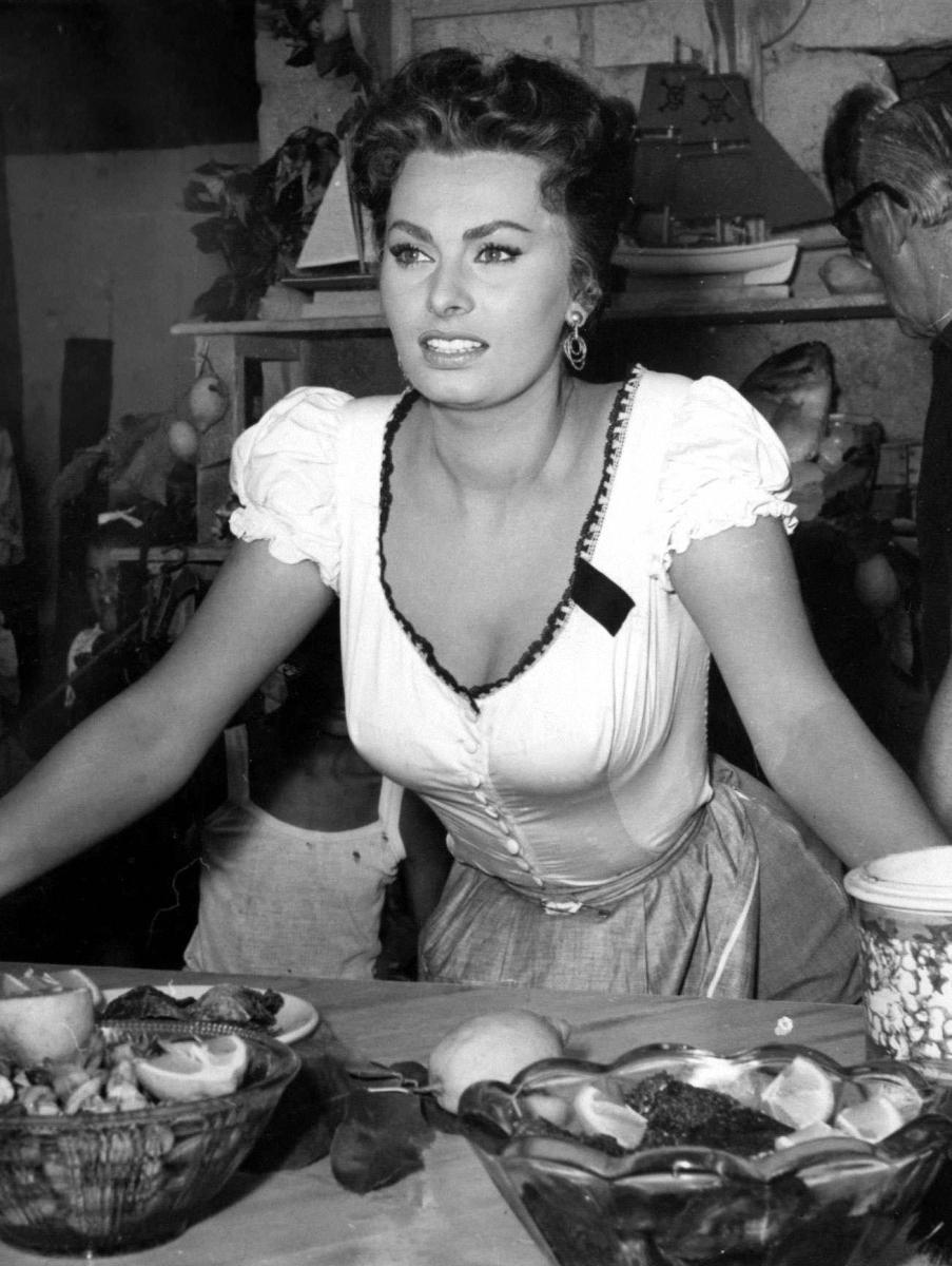 14. Актриса свободно говорит по-английски, по-французски и по-итальянски.
