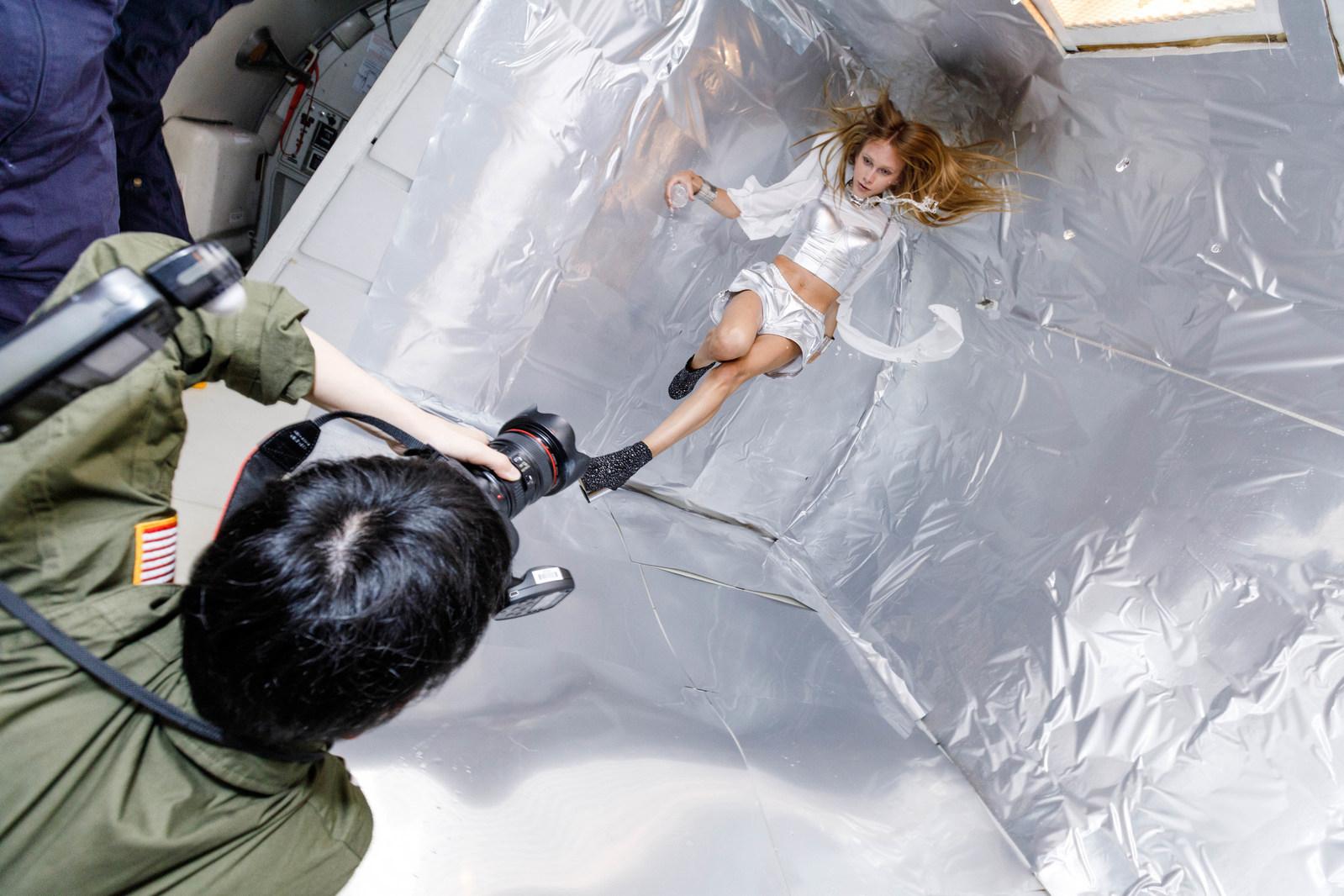 Мода выше законов природы: японка провела удивительную фотосессию в невесомости (7 фото)