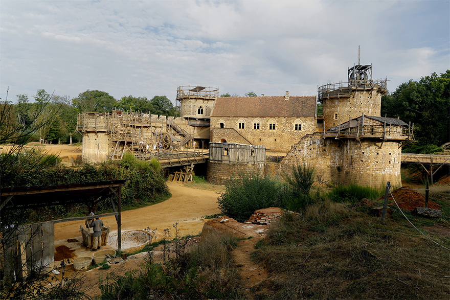 Лошади, лепешки и ни одного штробореза: французы строят замок по технологиям XII века