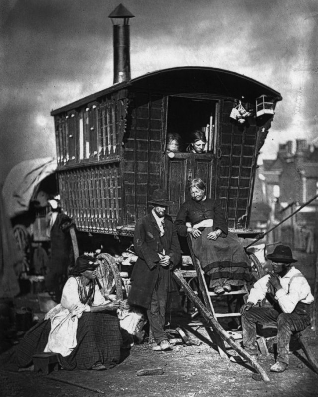Караван цыган на стоянке около Ноттинг-Хилла.