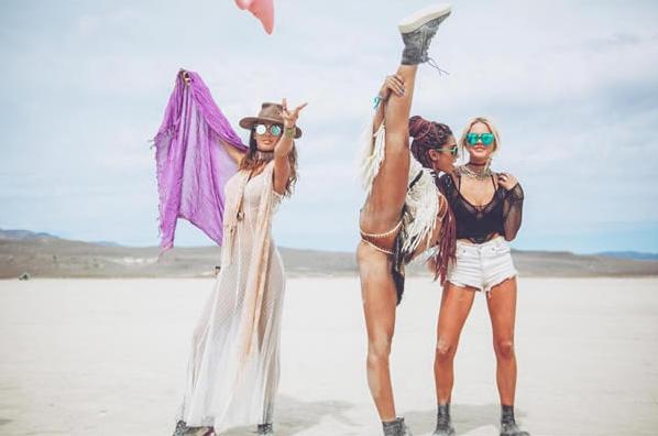 Радужный пони и грузовик с рогами: лучшие фотографии с Burning Man 2017