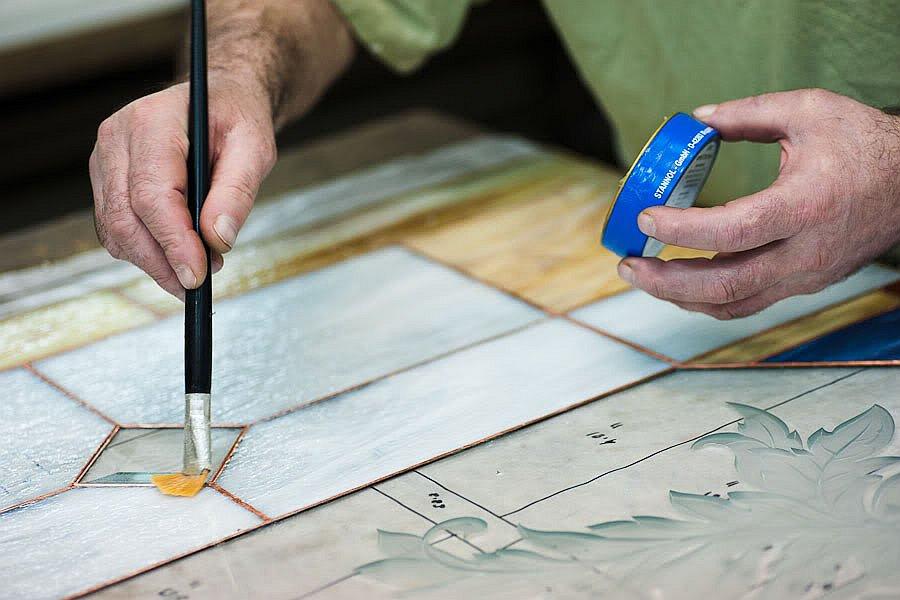 Кроме Тиффани есть много других видов витражей. Например, стёкла можно устанавливать и впаивать вот