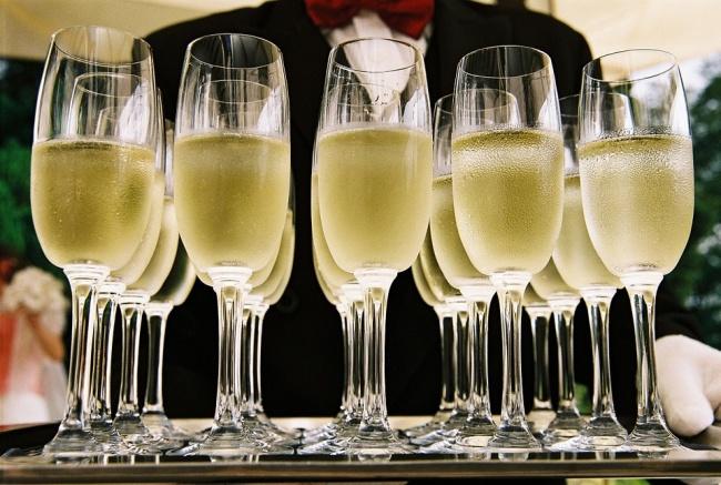 © pixabay     Французский врач Анри Пеже советует при малейших симптомах пить шампанское