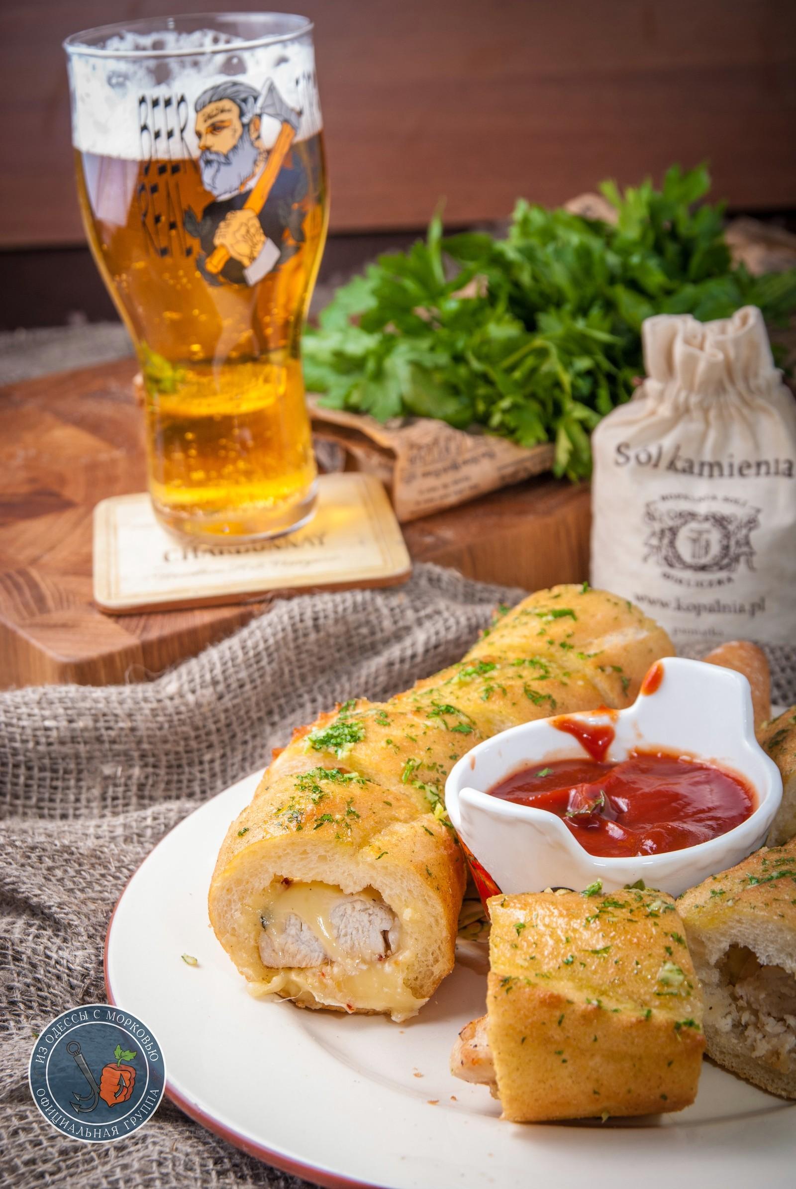 Багет с курицей, сыром и чесночным маслом