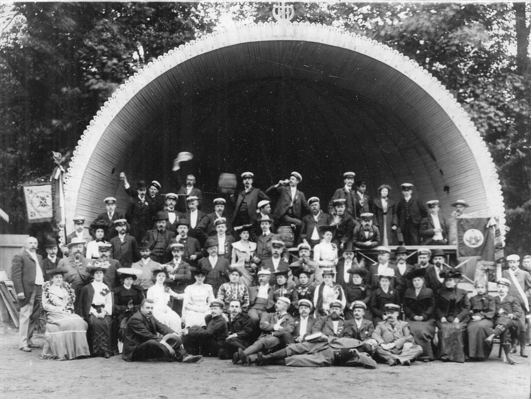 Группа членов общества у открытой эстрады