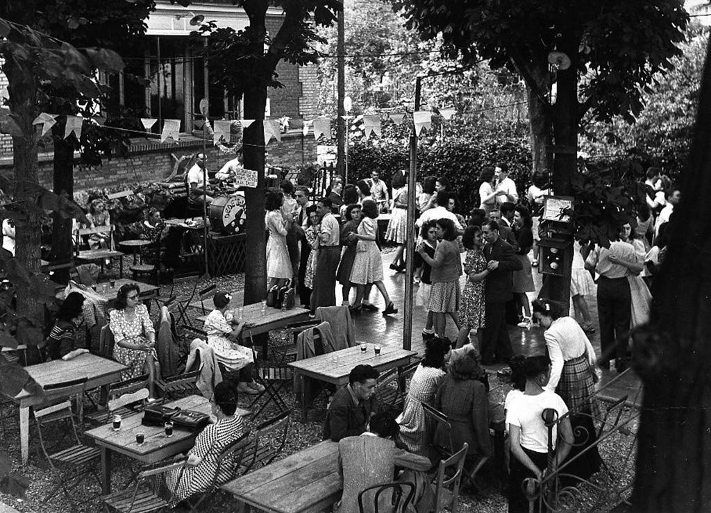 1945. Ресторанчик в парижском пригороде. 14 июля