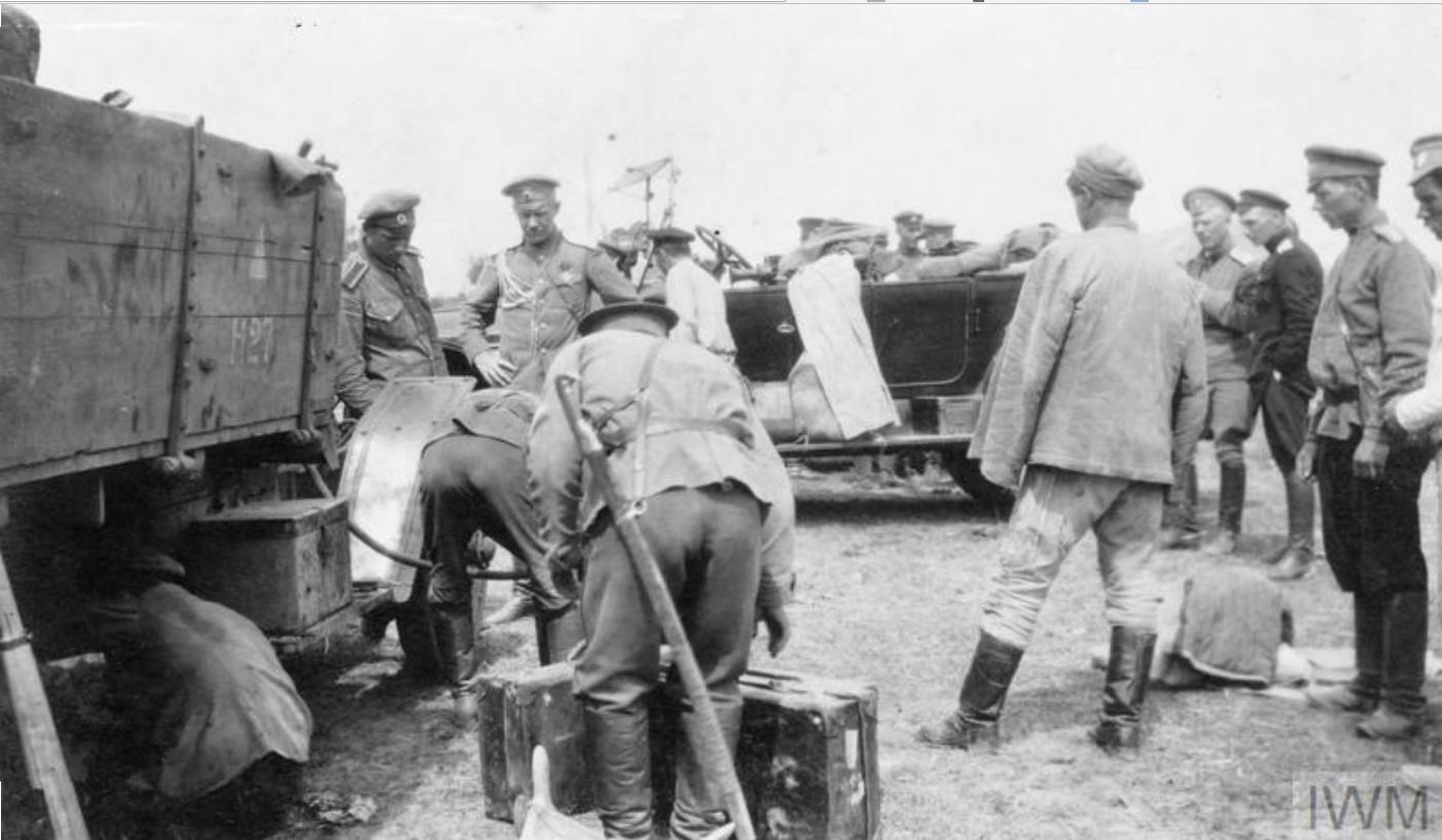 Полковник Дудаков, офицер  Донской армии с другими офицерами пьет молоко, полученное от местных казаков.  Лето 1919