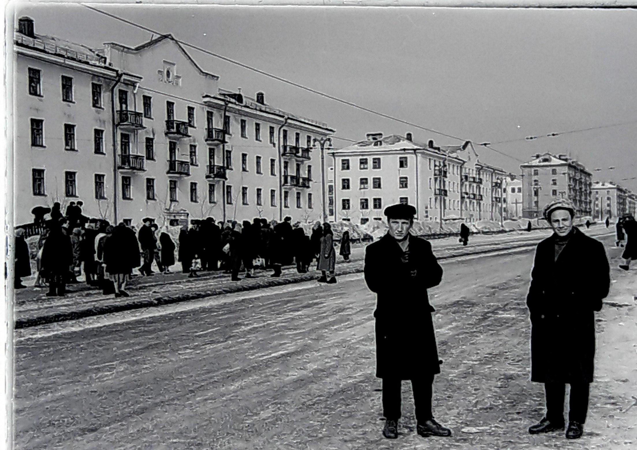 Ждут трамвай на ул.Мира