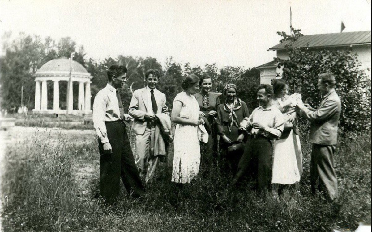 1938. Заводские у ротонды