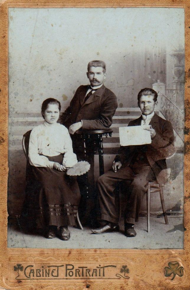 Поляковы Василий, Лиза, Володя. 1906