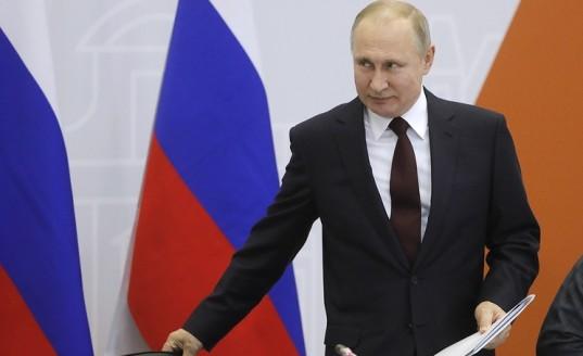 На выставке в Коломне Путин попробовал местную пастилу и угостил ею Воробьева