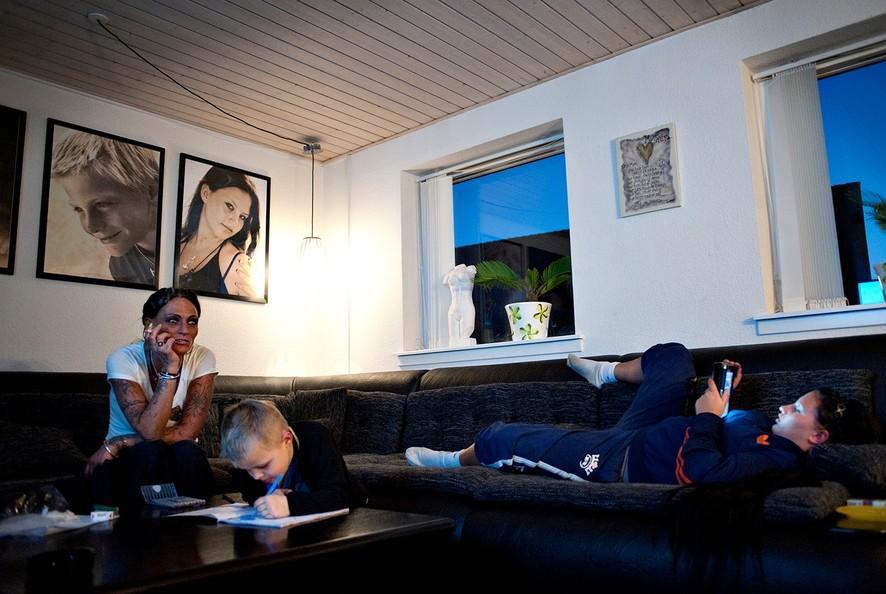 12. Бонни смотрит реалити-шоу, а Ноа делает домашнюю работу.