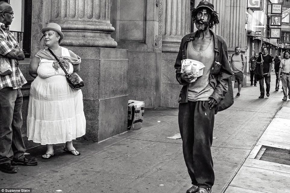 Этого мужчину, прогуливающегося по Седьмой улице, жители Скид Роу знают как постоянного обитателя ра