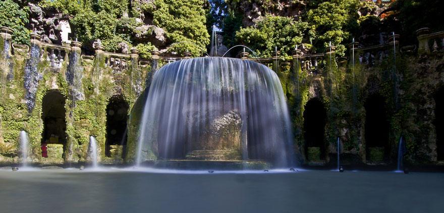 Овальный фонтан на одной из самых известных итальянских вилл XVI века, памятнике Всемирного культурн