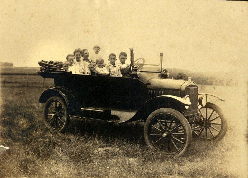 Джентльмены в автомобиле, около 1910