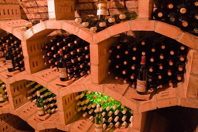 Целенаправленное развитие вкуса вина с возрастом посредством контроля условий, в которых оно хранитс